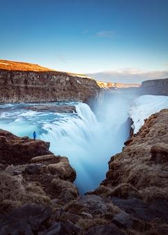 Bela foto de uma cachoeira nas montanhas rochosas
