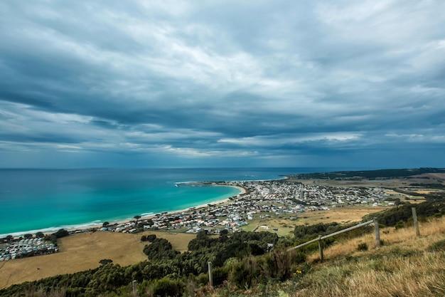 Bela foto de uma cidade costeira com céu incrível