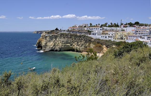 Bela foto de uma cidade costeira do algarve, em portugal