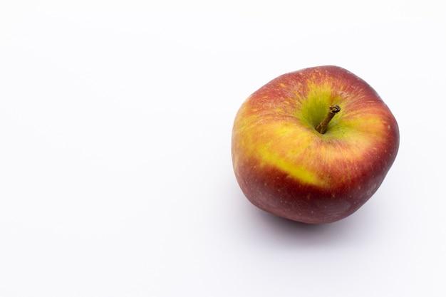 Bela foto de uma maçã vermelha madura isolada em um espaço em branco