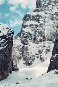 Bela foto de uma montanha alta coberta de neve