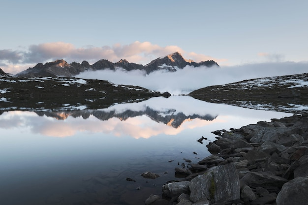 Bela foto de uma montanha refletindo no rio