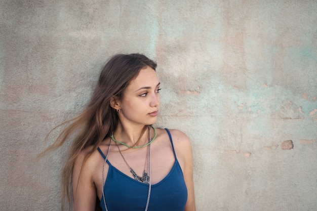 Bela foto de uma mulher em branco sem mangas e curta com um colar