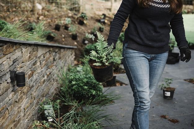 Bela foto de uma mulher fazendo jardinagem