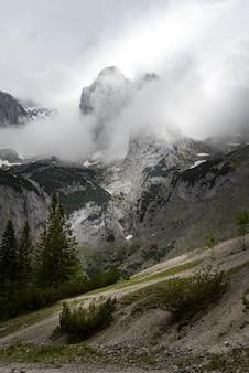 Bela foto de uma paisagem montanhosa em wetterstein, alemanha