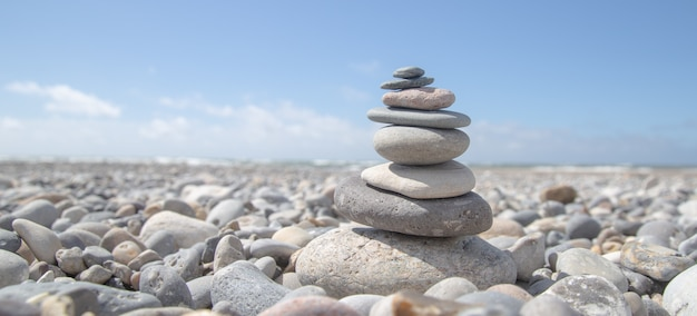 Bela foto de uma pilha de pedras na praia