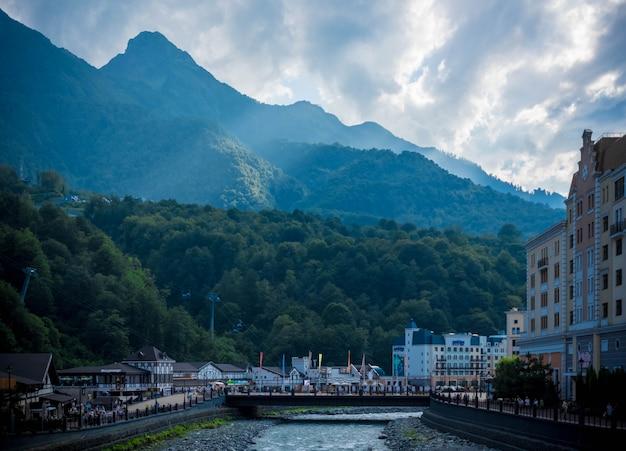 Bela foto de uma ponte da cidade com uma floresta e colinas