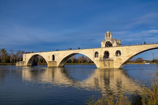 Bela foto de uma ponte de avignon na frança com um céu azul