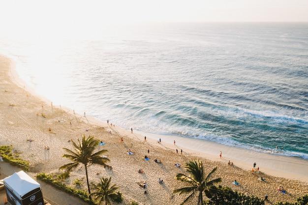 Bela foto de uma praia de areia branca em um dia ensolarado