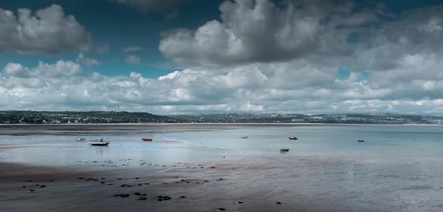Bela foto de uma praia sob o céu nublado