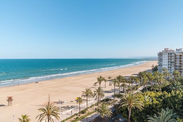 Bela foto de uma varanda da praia cullera em valência, espanha.