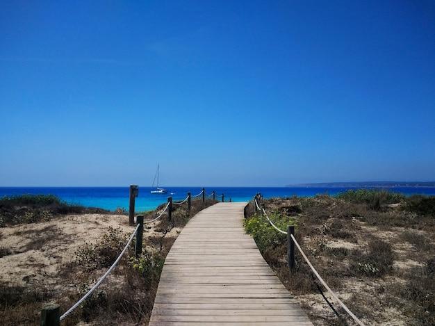 Bela foto do calçadão próximo a uma praia em formentera, espanha