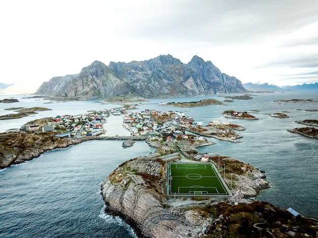 Bela foto do campo de futebol na noruega.