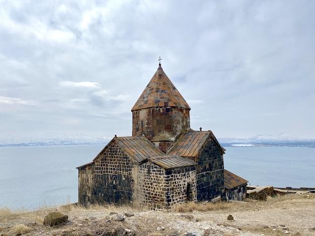 Bela foto do complexo do mosteiro sevanavank com vista para o lago sevan na armênia