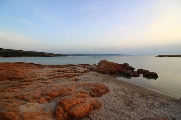 Bela foto do mar cercado por muitas formações rochosas em um dia ensolarado