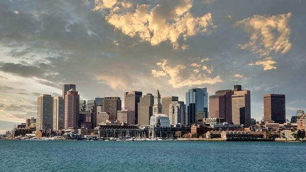 Bela foto do parque lopresti em boston, eua, sob um céu nublado ao pôr do sol