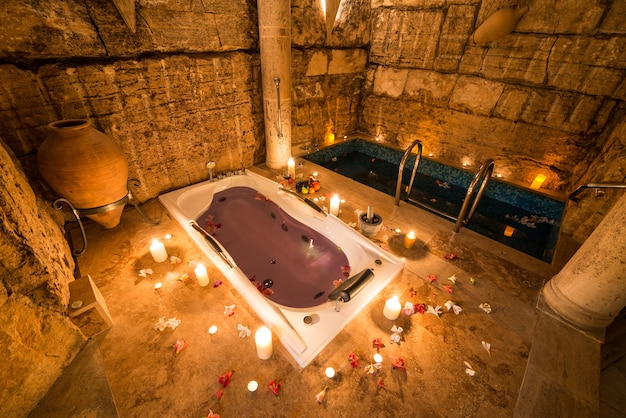 Bela foto do projeto de um quarto antigo com banheira e uma pequena piscina coberta