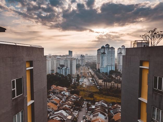 Bela foto dos edifícios de kuala lumpur, sob um céu nublado na malásia