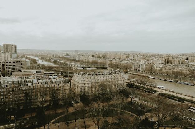 Bela foto dos edifícios de paris durante um dia nublado