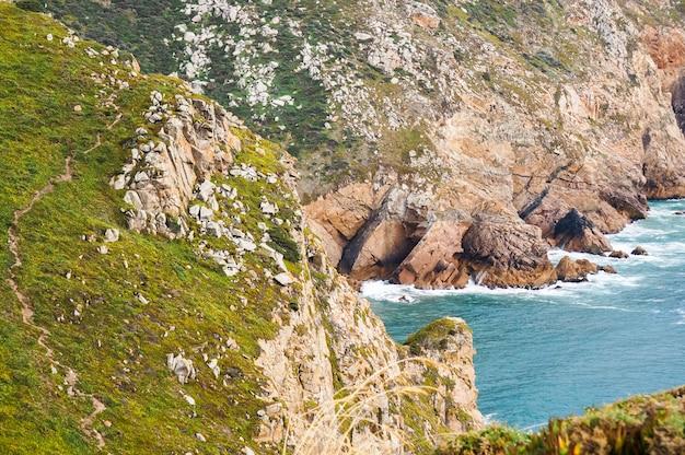 Bela foto representando rochas, mar e vegetação