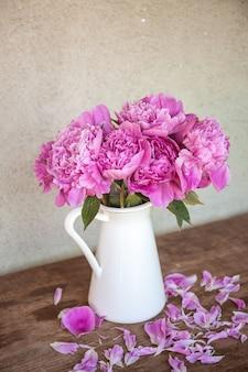Bela foto vertical de peônias em um vaso - conceito romântico