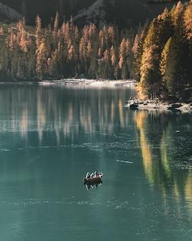 Bela foto vertical de pessoas navegando no lago