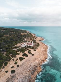 Bela foto vertical de uma villa localizada na costa do mar