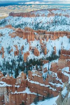 Bela fotografia de paisagem do parque nacional bryce canyon durante o inverno