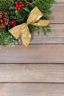 Bela fronteira de natal de abeto e visco em fundo de madeira