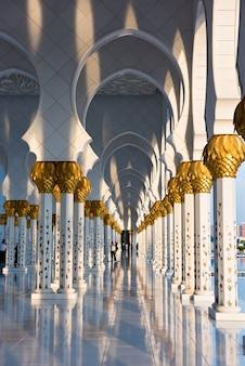 Bela galeria da famosa mesquita sheikh zayed white em abu dhabi, emirados árabes unidos
