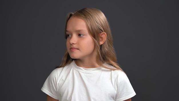 Bela garota adolescente olhando seriamente para o lado esquerdo. menina bonita caucasiana