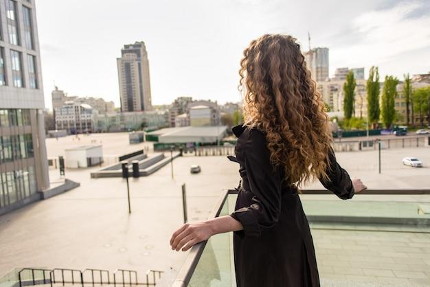 Bela garota linda e elegante em uma cidade moderna