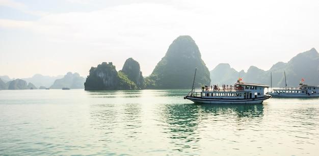 Bela ha long bay island, barco de turismo e mar