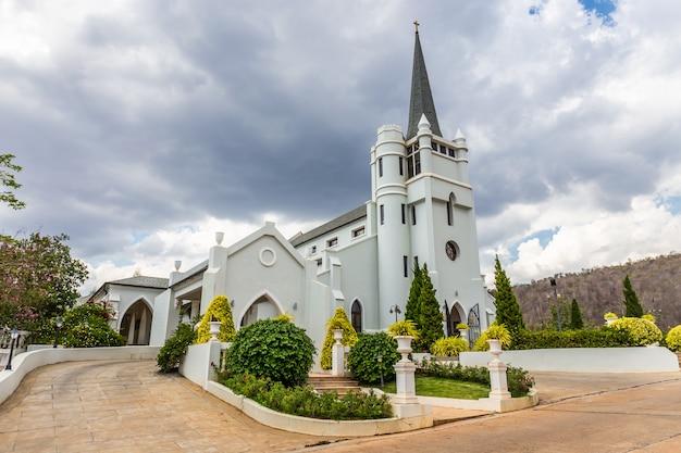 Bela igreja branca no meio do vale e natureza