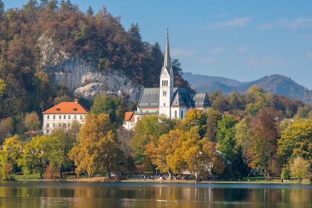 Bela igreja no lago esloveno bled, eslovênia