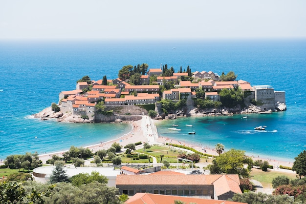Bela ilha de sveti stefan em budva, montenegro.