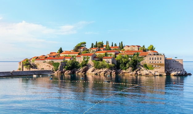 Bela ilha sveti stefan perto de budva, montenegro