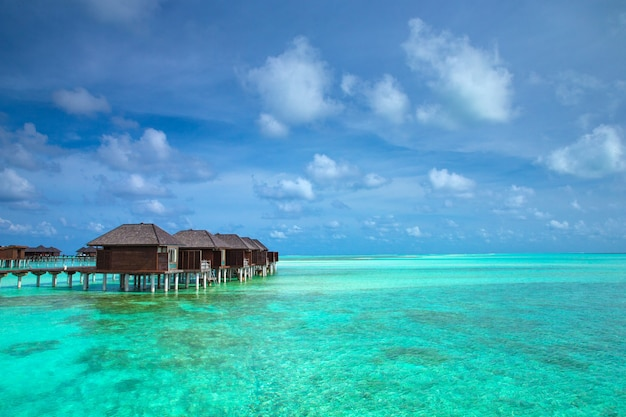 Bela ilha tropical das maldivas com praia. bangalôs de mar com água