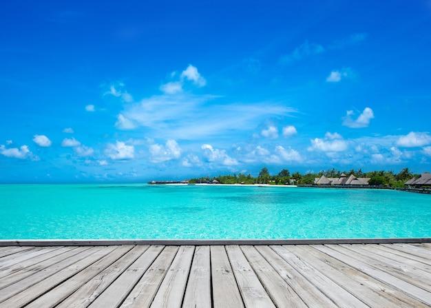 Bela ilha tropical das maldivas com praia, mar e céu azul para o conceito de fundo de férias de férias na natureza