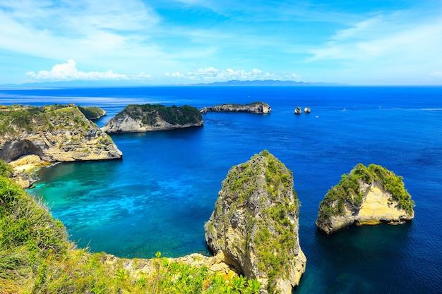 Bela ilha tropical em bali com o conceito de céu azul, férias e férias.