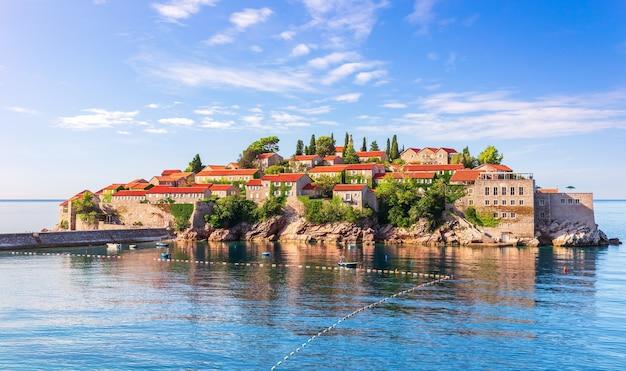 Bela ilhota sveti stefan, região de budva, montenegro