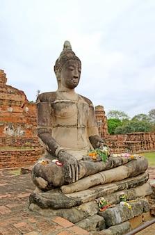 Bela imagem de buda em wat mahathat ou o templo da grande relíquia ayutthaya tailândia