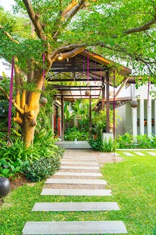 Bela jardinagem com passarela