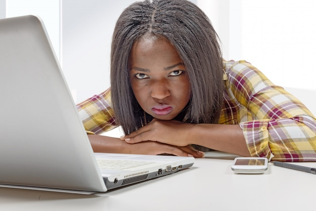 Bela jovem adolescente americana africano com laptop