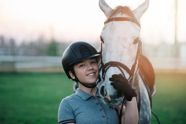 Bela jovem adolescente curtindo com seu cavalo.