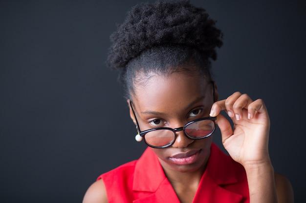Bela jovem africana em fundo preto