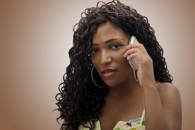 Bela jovem africana falando no celular