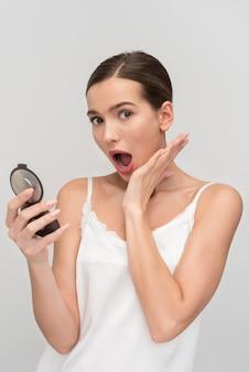 Bela jovem aplicar maquiagem