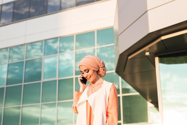 Bela jovem árabe falando no celular.