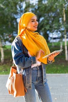 Bela jovem árabe usando hijab
